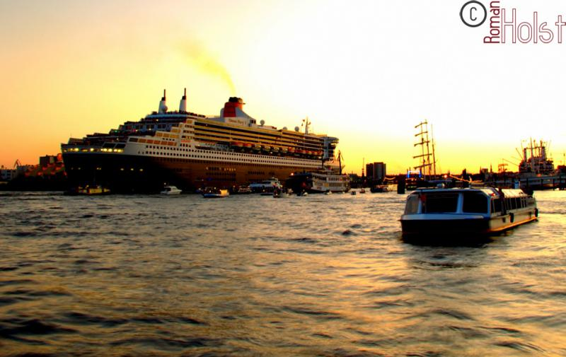 Queen Mary 2 im Hamburger Hafen, Roman Holst